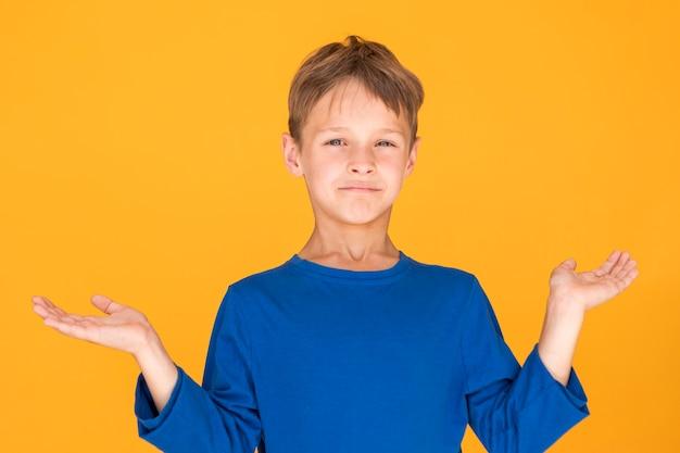 Mały chłopiec wygląda, jakby czegoś nie rozumiał Darmowe Zdjęcia