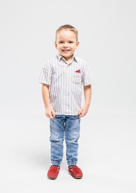 Mały Chłopiec Z Deską Klapy W Studio Premium Zdjęcia