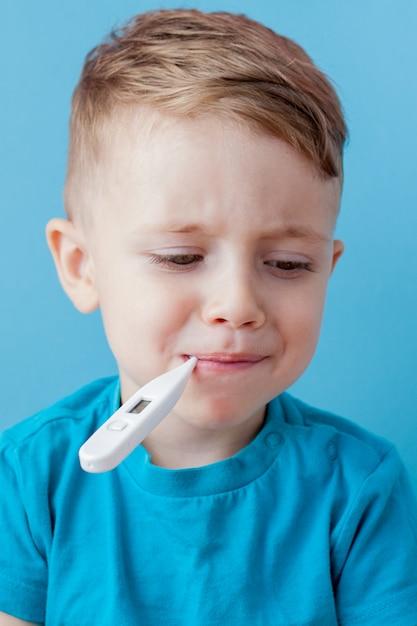 Mały Chłopiec Z Termometrem W Ustach Premium Zdjęcia