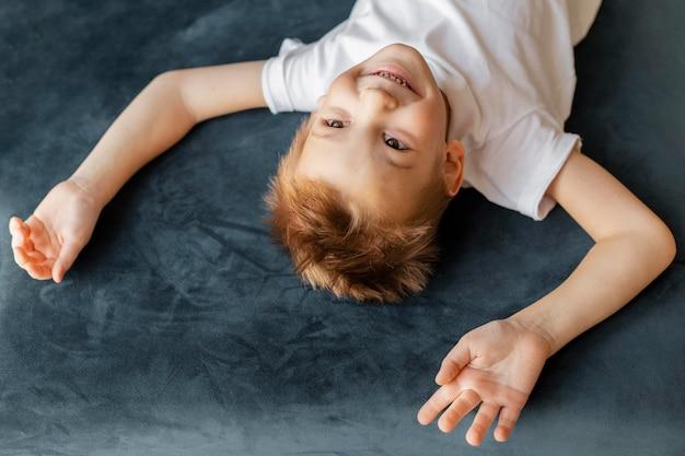 Mały Chłopiec Z Wysokim Kątem Zabawy W Domu Darmowe Zdjęcia