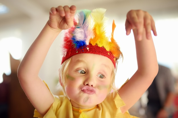 Mały Chłopiec Zaangażował Się W Spektakl Teatralny Dla Dzieci Studio W Roli Indian Amerykańskich. Premium Zdjęcia
