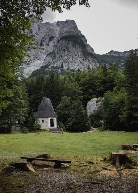 Mały Domek Otoczony Zielenią W Dolinie Vrata, W Parku Narodowym Triglav Darmowe Zdjęcia