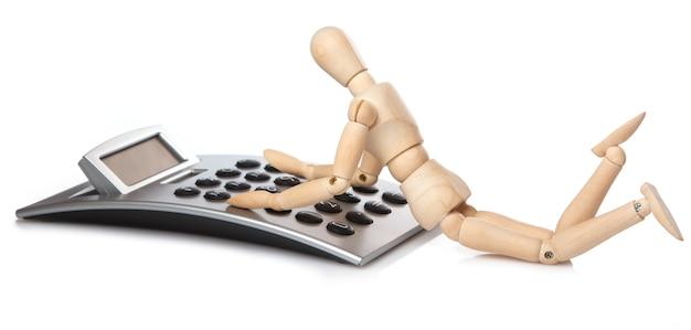 Mały Drewniany Manekin I Kalkulator Premium Zdjęcia