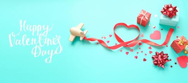 Mały Drewniany Zabawkowy Samolot Szczęścia Z Elementem Valentine Premium Zdjęcia