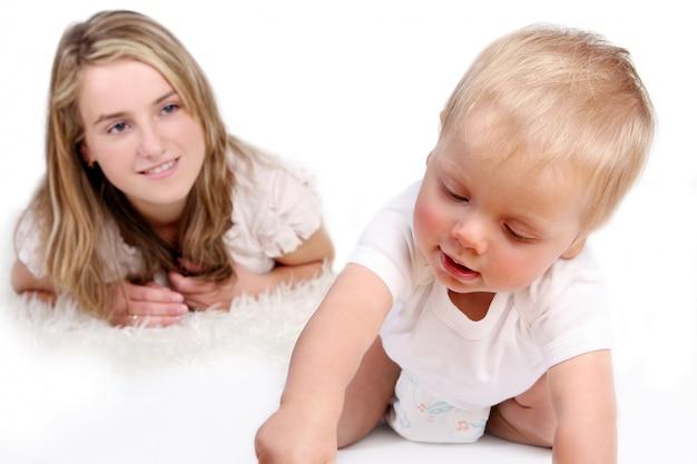 Mały, drobny dzieciak na białym tle Darmowe Zdjęcia