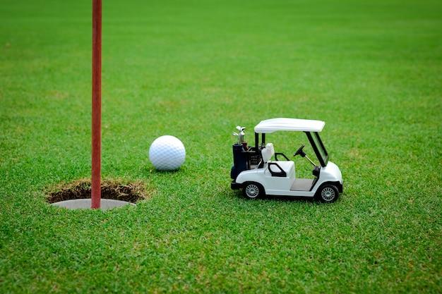 Mały samochód golfowy na zielono Premium Zdjęcia