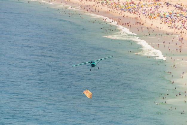 Mały Samolot Latający Nad Plażą Copacabana W Rio De Janeiro. Premium Zdjęcia