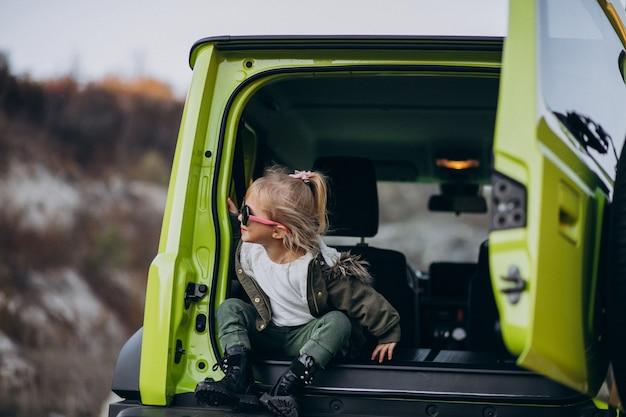 Mały śliczny Dziewczynki Obsiadanie Z Tyłu Samochodu Darmowe Zdjęcia