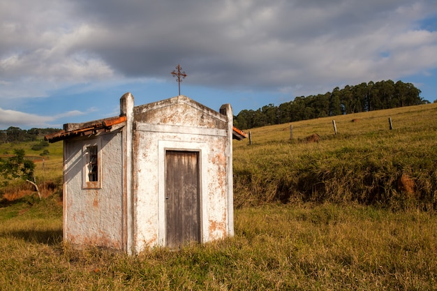 Mały Stary Biały Kościół W Wsi W Niebieskie Niebo Dniu Premium Zdjęcia