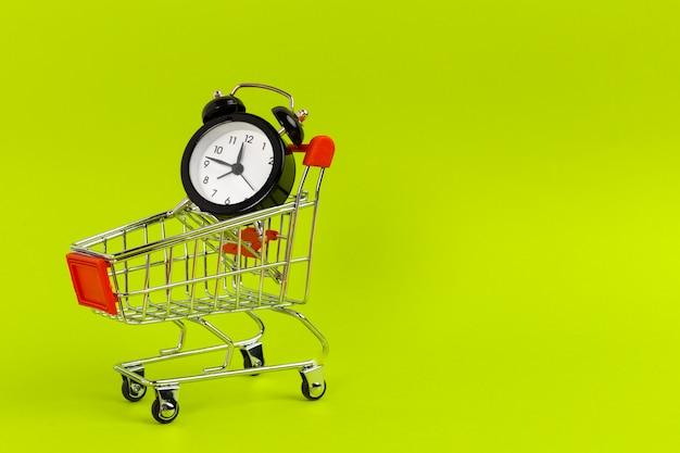 Mały Wózek Na Zakupy Z Budzikiem Premium Zdjęcia