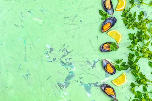 Małże Z Owoców Morza Z Cytryną I Natką Pietruszki Premium Zdjęcia