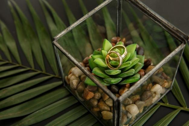 Małżeństwo. Rustykalny ślub. Złote Obrączki ślubne W Pudełku Premium Zdjęcia