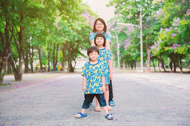 Mama Bawi Się Z Dziećmi W Parku. Premium Zdjęcia