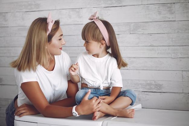 Mama I Córeczka Bawią Się W Domu Darmowe Zdjęcia