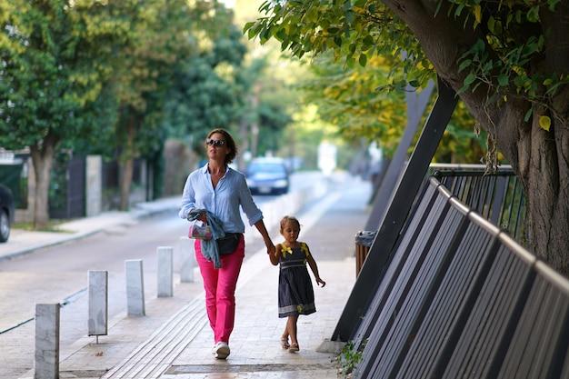 Mama I Córka Chodzą Po Mieście Premium Zdjęcia