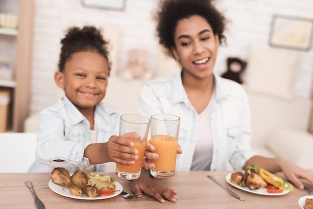 Mama I Córka Jedzą Razem W Kuchni. Premium Zdjęcia