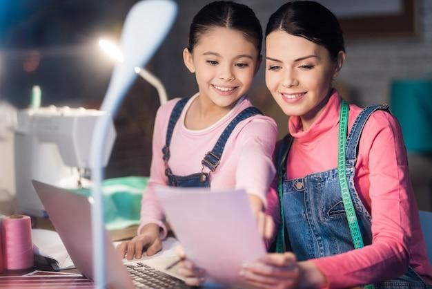 Mama I Córka Razem Patrząc Na Papier. Premium Zdjęcia