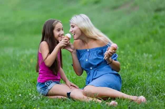 Mama I Córka W Parku Jedzenie Lodów Darmowe Zdjęcia