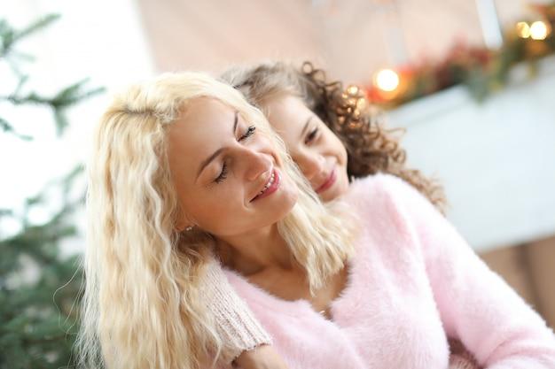 Mama I Córka W świątecznym Salonie Darmowe Zdjęcia