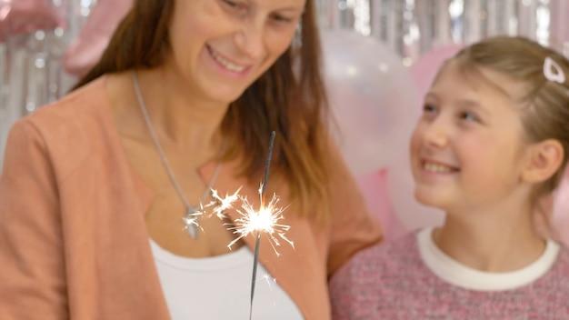 Mama I Jej Córka Oglądają Płonący Brylant Na Przyjęciu Urodzinowym Premium Zdjęcia