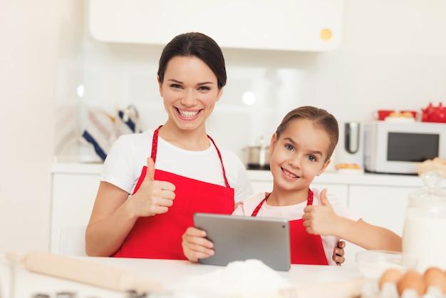 Mama I Mała Córka Gotują Razem W Kuchni W Domu. Premium Zdjęcia