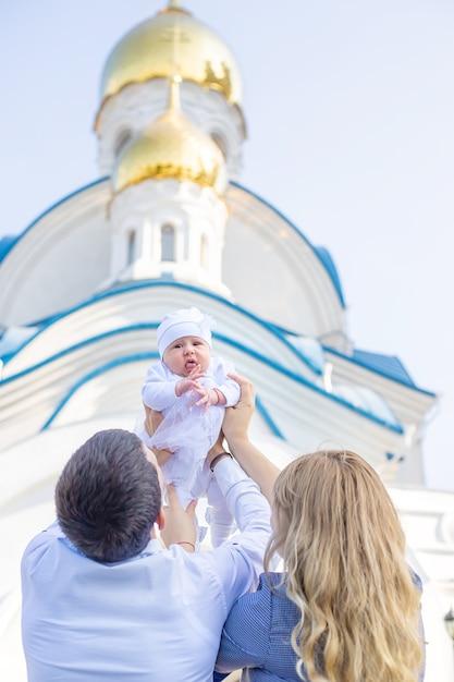 Mama I Tata Trzymają Dziecko W Kościele Premium Zdjęcia