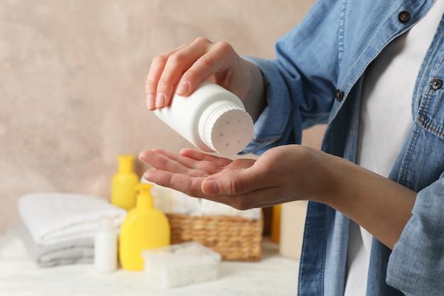 Mama Nakładająca Talk Z Plastikowej Tuby. Higiena Dziecka Premium Zdjęcia