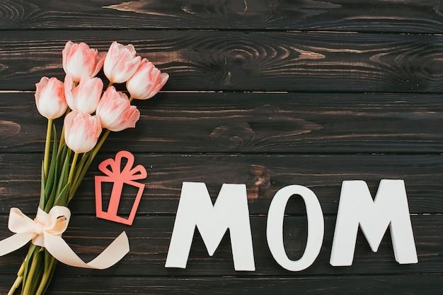 Mama Napis Z Bukietem Tulipanów Na Stole Darmowe Zdjęcia