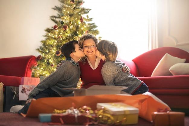 Mama Rozpakowuje Prezenty Ze Swoimi Dziećmi Premium Zdjęcia