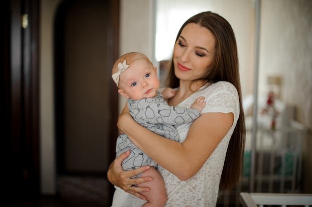 Mama Trzyma Jej Małą Córeczkę Na Rękach Premium Zdjęcia