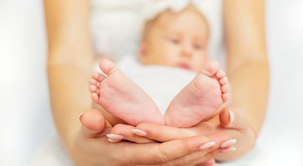 Mama Trzyma Nóżki Dziecka Premium Zdjęcia