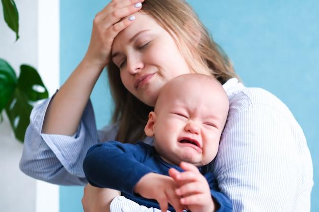 Mama Zmęczona Próbuje Uspokoić Płaczące Dziecko Premium Zdjęcia