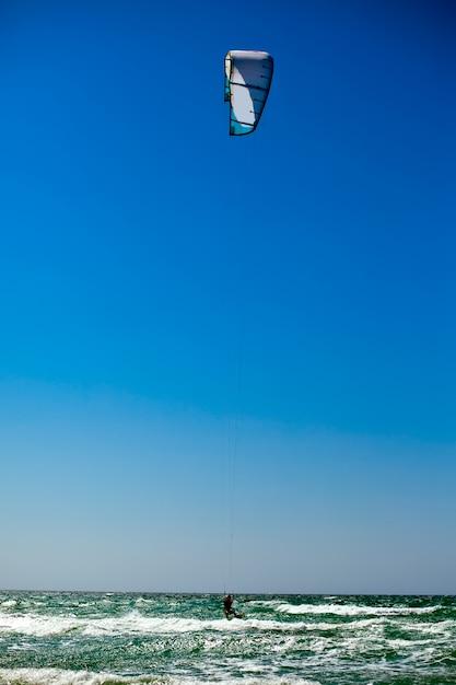 Man Kiteboarding Na Morzu śródziemnomorskim Premium Zdjęcia