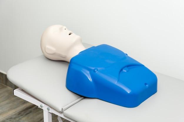 Manekin szkoleniowy na łóżku szpitalnym z otwartymi ustami Premium Zdjęcia