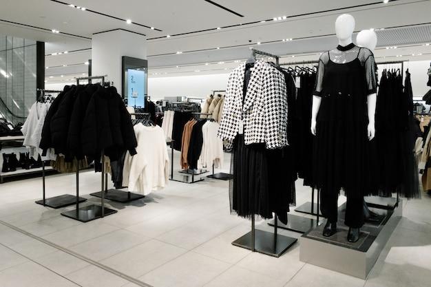 Manekiny ubrane w kobiece kobiety dorywczo ubrania w sklepie centrum handlowego Premium Zdjęcia