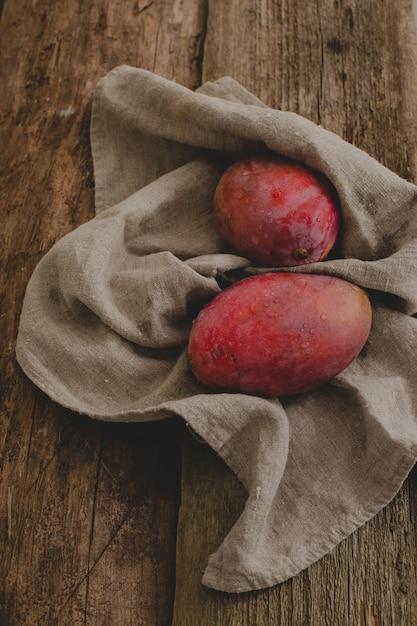 Mango na stole Darmowe Zdjęcia