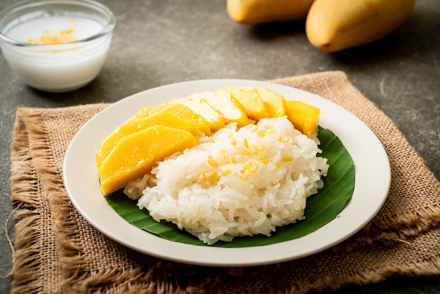 Mango Z Lepkim Ryżem Premium Zdjęcia