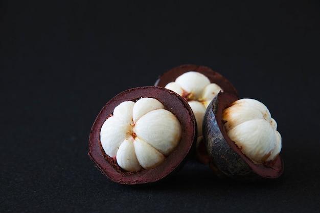 Mangostan Tajskie Popularne Owoce - Owoce Tropikalne Ze Słodkimi Soczystymi Białymi Segmentami Miąższu Wewnątrz Grubej Czerwonawo-brązowej Skórki. Darmowe Zdjęcia
