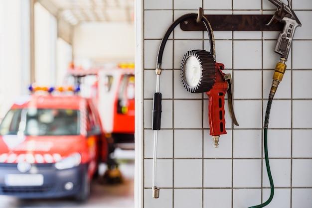 Manometr do pompowania kół pojazdów ratowniczych straży pożarnej. Premium Zdjęcia