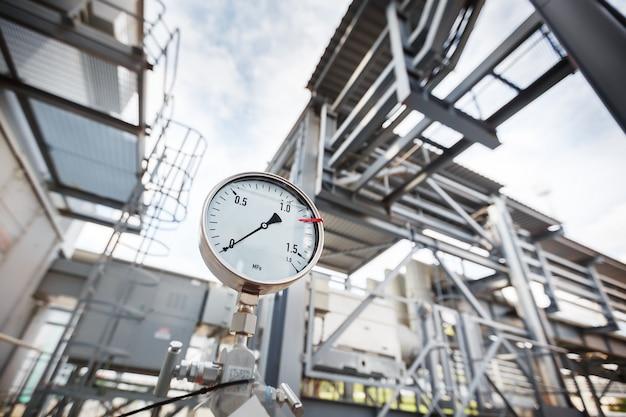Manometr lub wskaźnik ciśnienia pokazujący zerowe ciśnienie w branży gazu, rafinacji ropy naftowej. Premium Zdjęcia