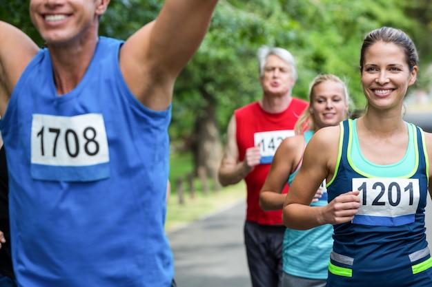 Maraton mężczyzna sportowiec przekraczania linii mety Premium Zdjęcia
