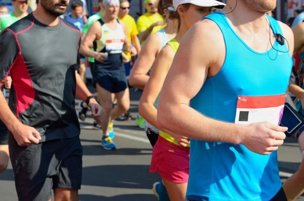 Maraton wyścigu, biegacze na drodze, sport, fitness i koncepcja zdrowego stylu życia Premium Zdjęcia