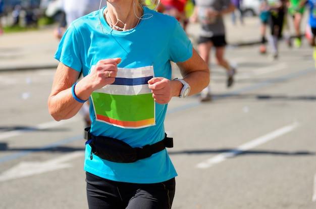 Maraton wyścigu, kobieta biegacz na drodze, sport, fitness i koncepcja zdrowego stylu życia Premium Zdjęcia
