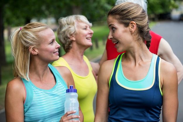 Maratońska atleta mówi i pije wodę Premium Zdjęcia