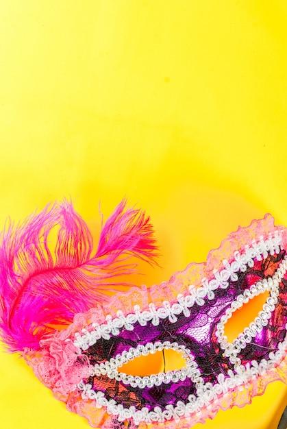 Mardi gras tło z wakacje maską na jaskrawym żółtym tle Premium Zdjęcia