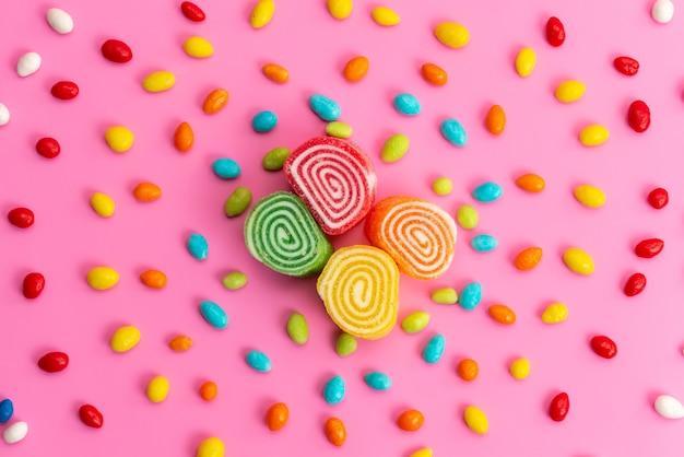 Marmolady I Cukierki Kolorowe Kompozycja Z Widokiem Z Góry Na Różowym, Słodkim Kolorze Darmowe Zdjęcia