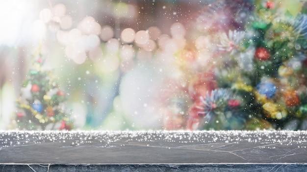 Marmurowy Blat I Rozmyte światła Z Choinką Premium Zdjęcia