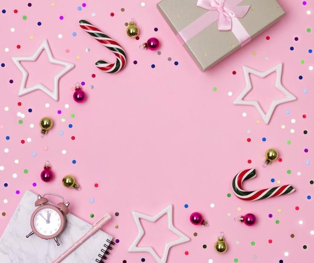 Marmurowy notatnik z piórem, prezentem i ozdobami na różowym tle Premium Zdjęcia