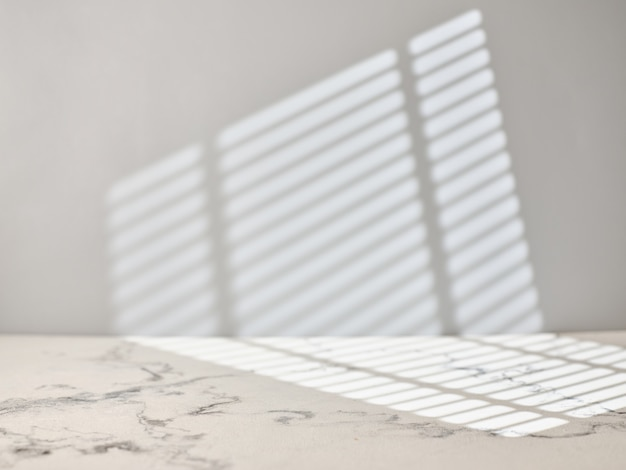 Marmurowy Stół Kuchenny Ze światłem Z Okna. Premium Zdjęcia