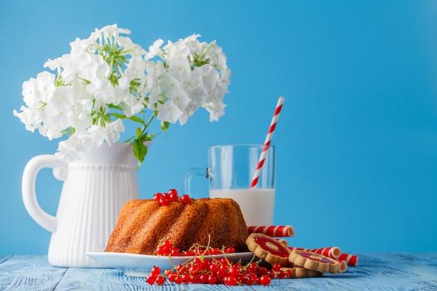 Marmurowy Tort Z Mlekiem Na Drewno Stole Premium Zdjęcia
